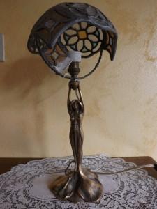 Abat jour liberty scultura in bronzo con paralume in vetro cattedrale