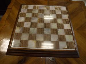 scacchiera in onice e legno. mis, 48*48cm.
